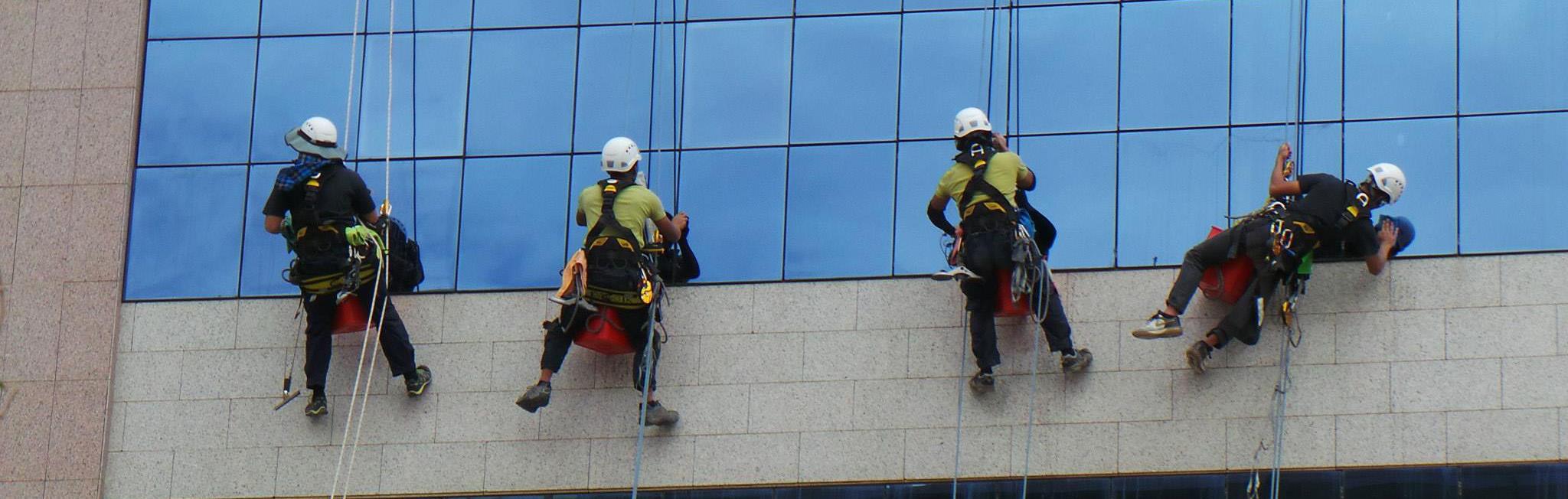 Dịch vụ lau kính nhà cao tầng tại tphcm