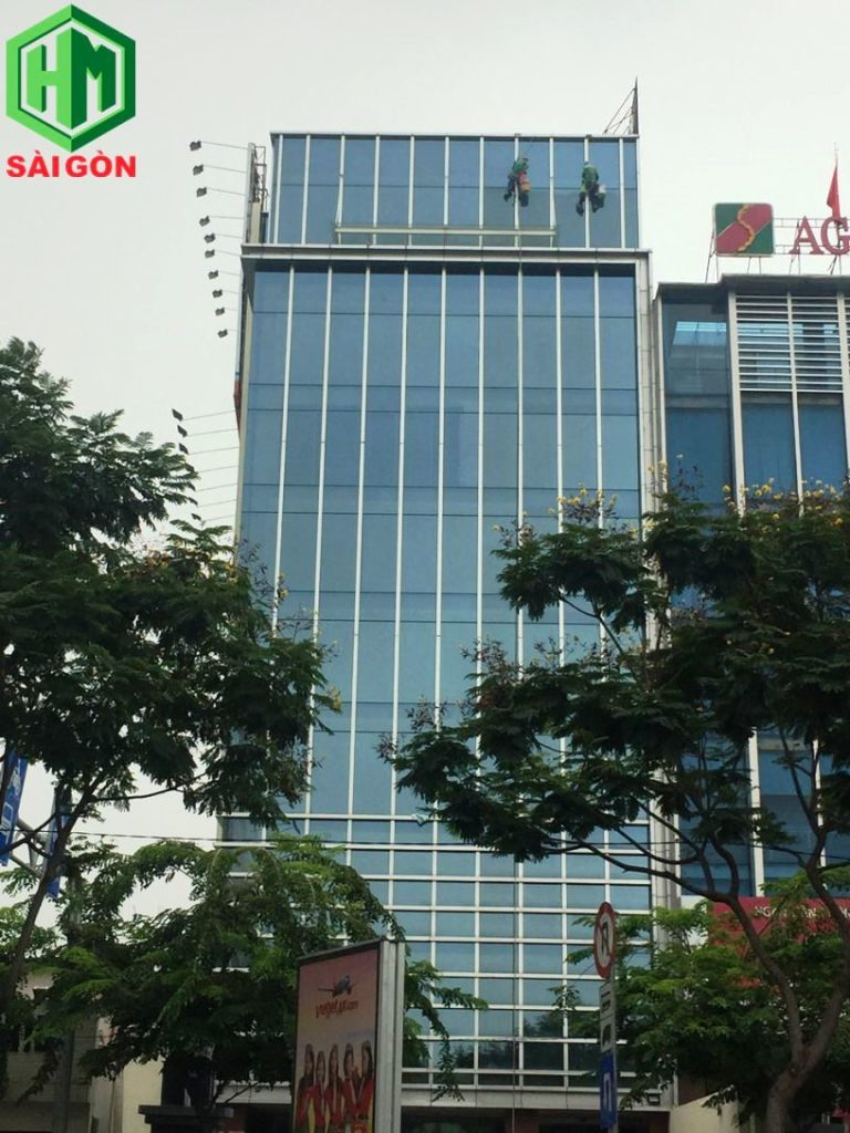vệ sinh kính nhà cao tầng